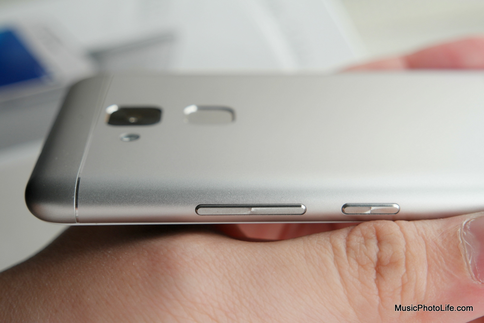 ASUS Zenfone 3 Max power and volume buttons - review by musicphotolife.com
