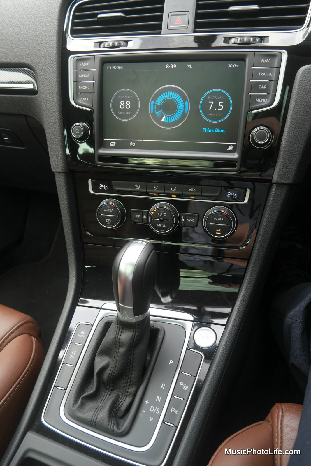 Volkswagen Golf Variant centre console infotainment system - review by musicphotolife.com