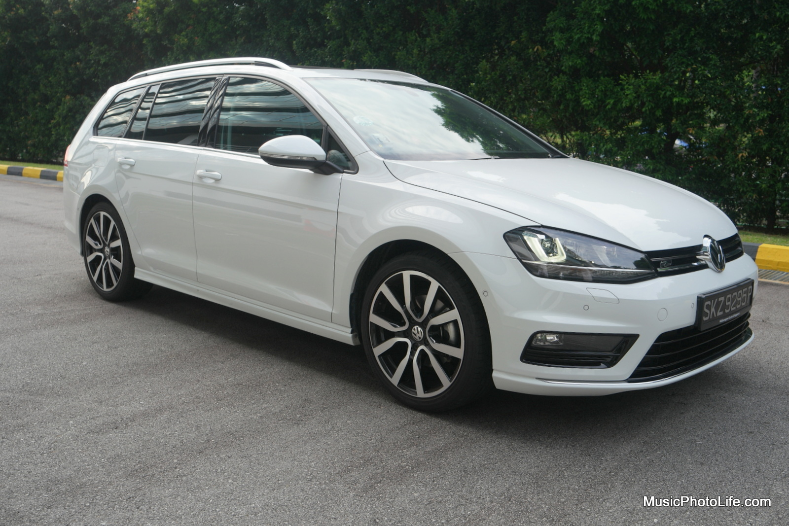 Volkswagen Golf Variant side view - review by musicphotolife.com