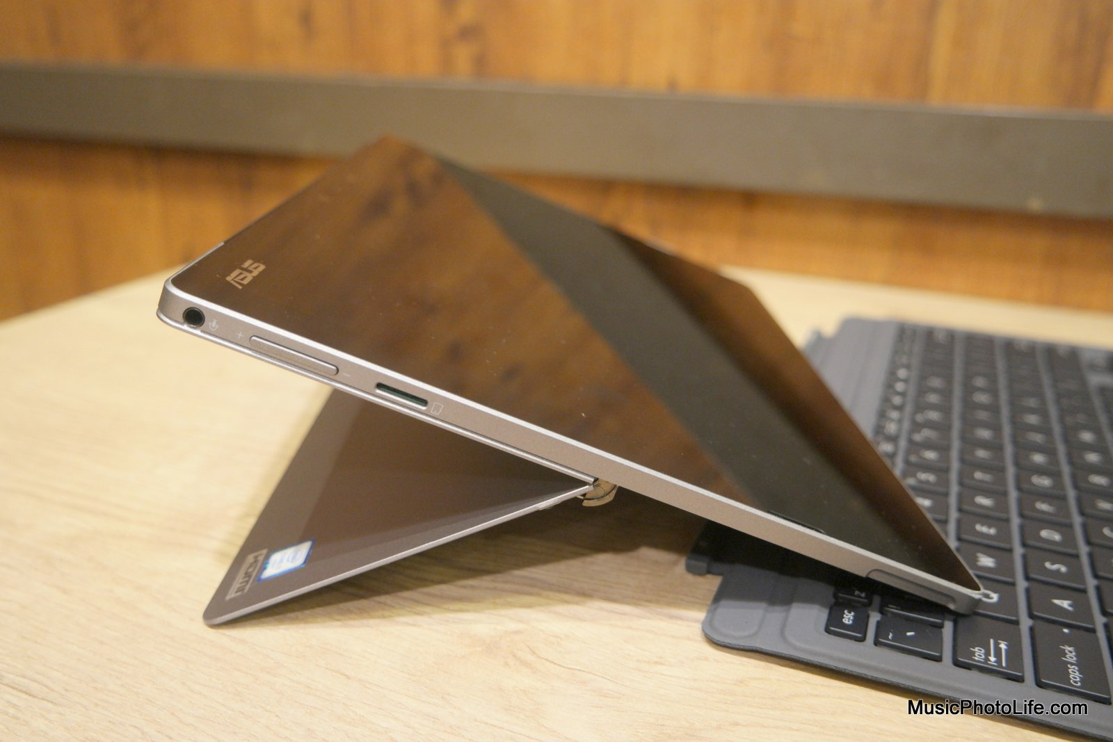 ASUS Transformer 3 Pro kickstand, review by Singapore gadget reviewer Chester Tan