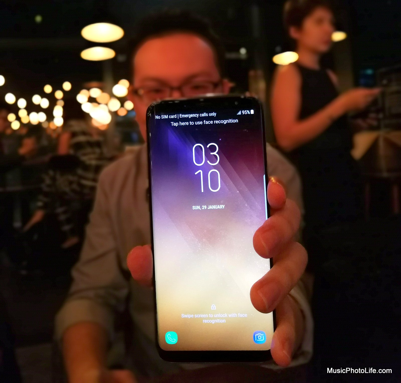 Samsung Galaxy S8 on hand by musicphotolife.com
