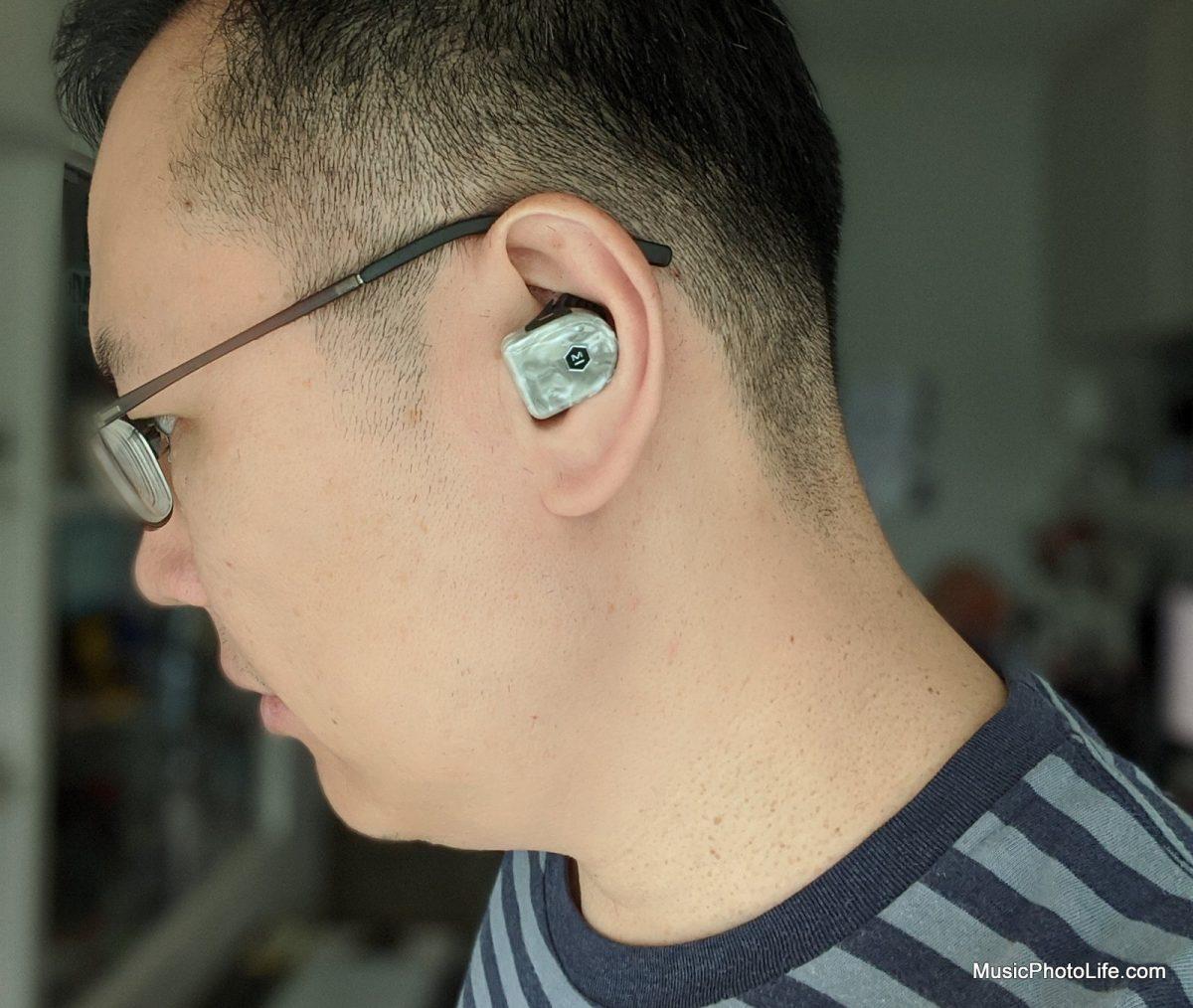 Master & Dynamic MW07 PLUS wearing on ears